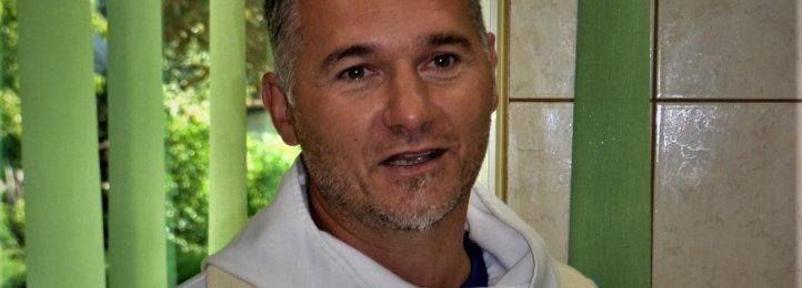 Ks. Piotr Woźniak podczas uroczystości poświęcenia nowego sprzętu na Stacji Dializ w Krotoszynie (wrzesień 2019).